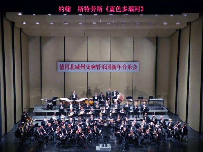 Unser Musiklehrer Herr Becker auf China-Tournee mit dem Landesblasorchester NRW