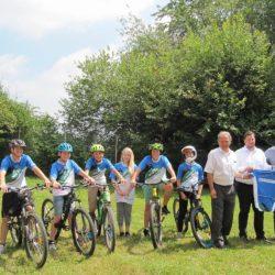 Die Firma MAT spendet Trikots für die Mountainbike-AG der Gesamtschule Marienheide